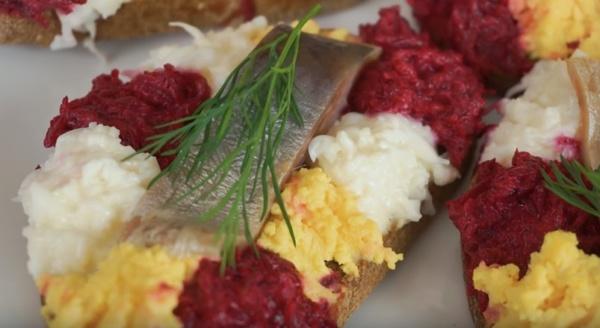 Закусочные бутерброды с селёдкой фото