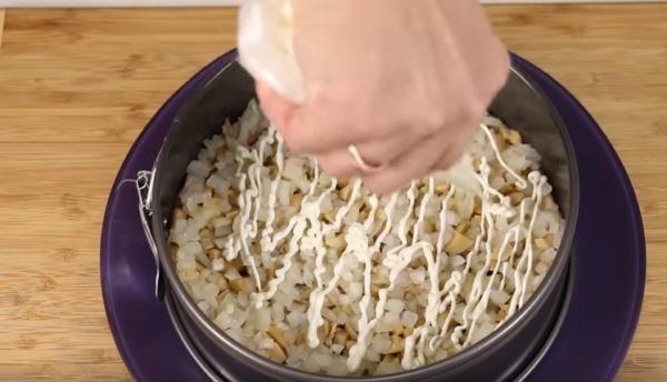 салат грибы в шубе слои