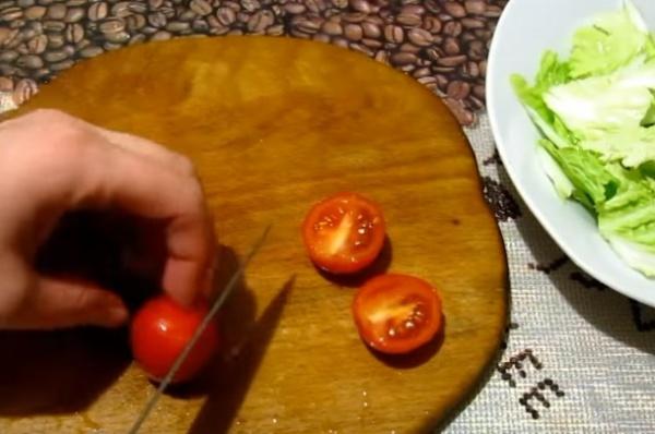 салат цезарь 2 помидоры
