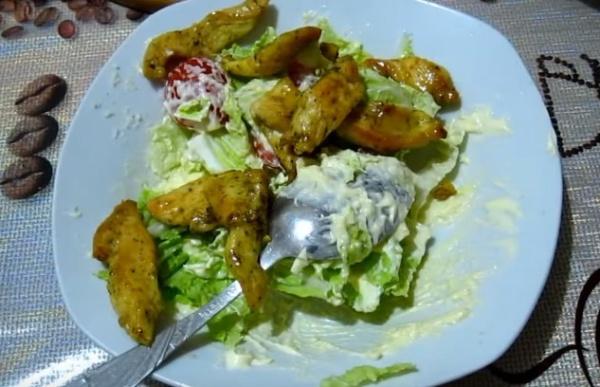 салат цезарь 2 смешиваем с соусом