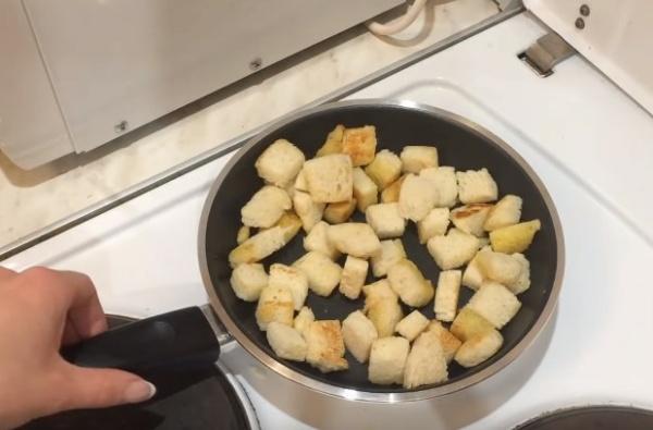 салат цезарь 5 жарим сухари