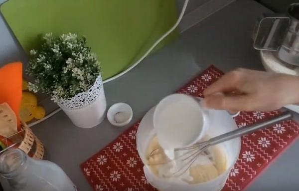 блины на воде 5 вливаем молоко