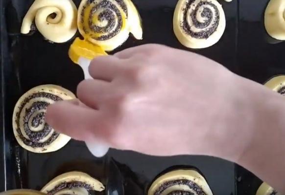 булки с маком 4 смазываем желтком