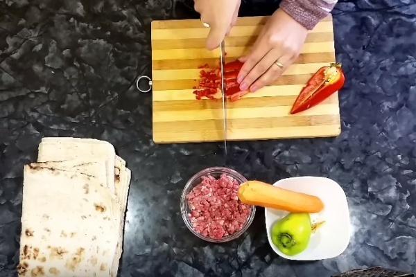 рулетики из лаваша 4 нарезаем перец
