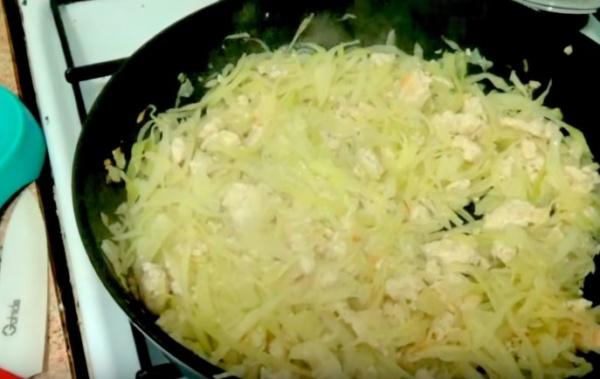 рулетики из лаваша 6 добавляем капусту