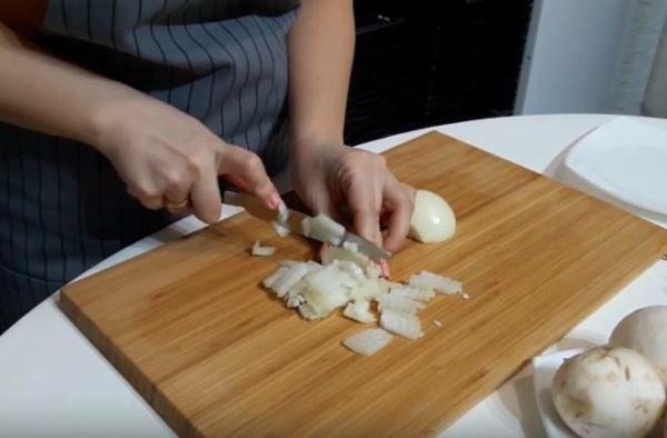 блины с мясом 3 нарезаем лук