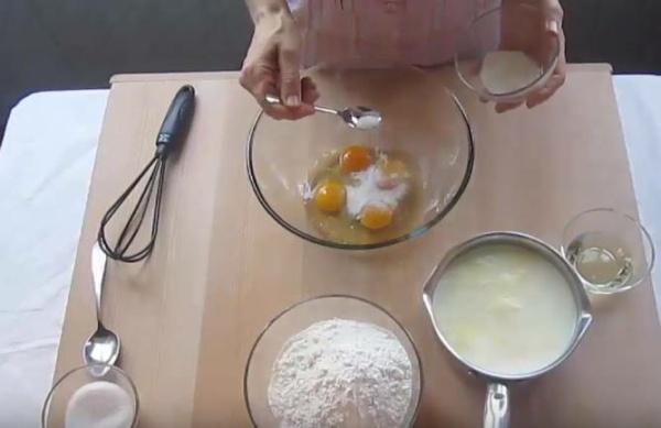 блины с творогом 7 взбиваем яйца