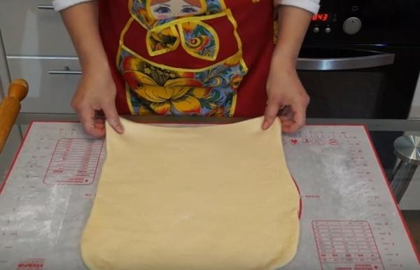 булки с творогом 5 раскатываем тесто