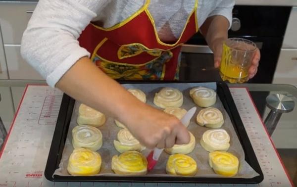 булки с творогом 5 смазываем яйцом