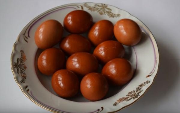 яйца в луковой шелухе 1