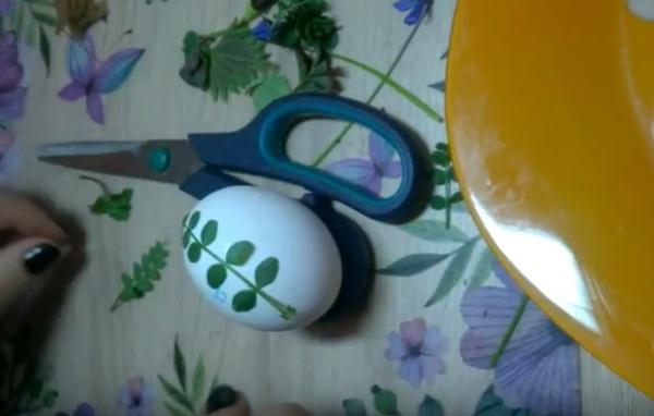 яйца в луковой шелухе 2 веточки
