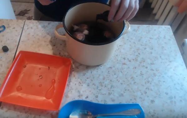 яйца в луковой шелухе 3 наливаем зелёнку
