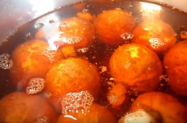 яйца в луковой шелухе 4 добавляем зелёнку