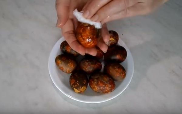 красим яйца 7 натираем маслом