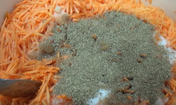 морковь по-корейски 3 добавляем специи