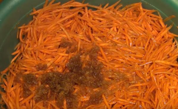 морковь по-корейски 5 добавляем масло