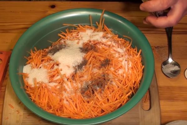 морковь по-корейски 5 добавляем специи
