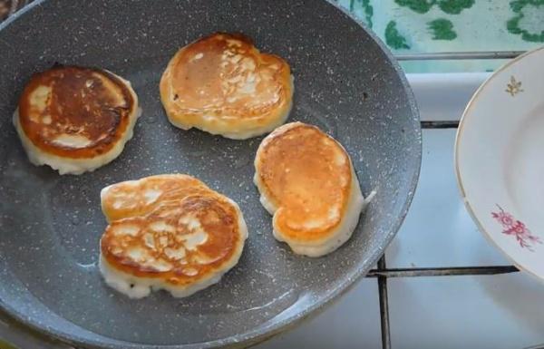 оладьи на кефире 4 выпекаем оладьи