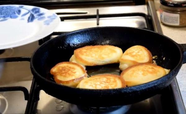 оладьи на кефире 6 выпекаем оладьи