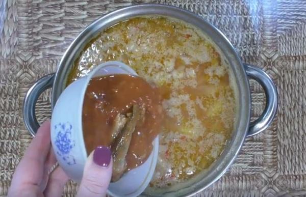 борщ с фасолью 2 добавляем кильку
