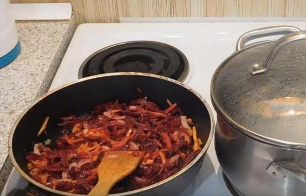 борщ с фасолью 5 пассеруем овощи