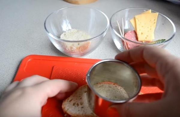 бутерброды с колбасой нарезаем хлеб