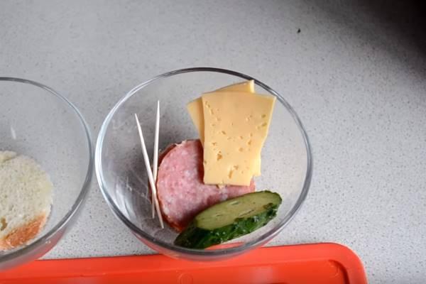 бутерброды с колбасой нарезаем продукты