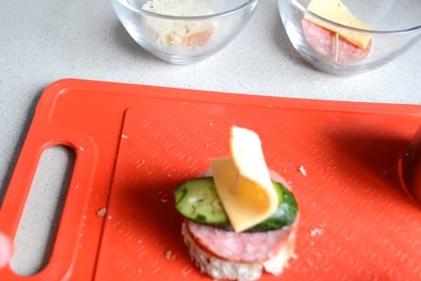 бутерброды с колбасой первой вариации