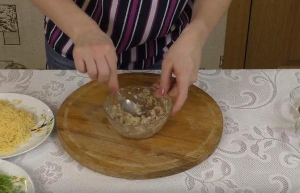 бутерброды с печенью трески добавляем огурцы