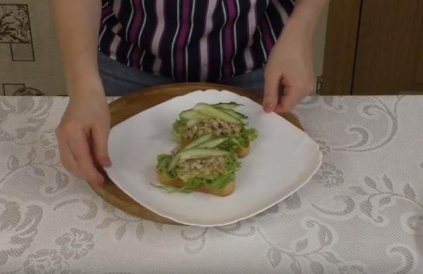 бутерброды с печенью трески вариант 1
