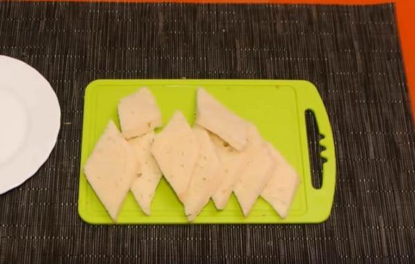 бутерброды с сёмгой нарезаем хлеб