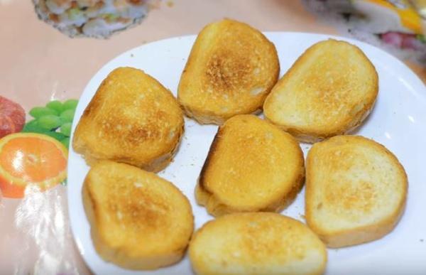 бутерброды со шпротами гренки