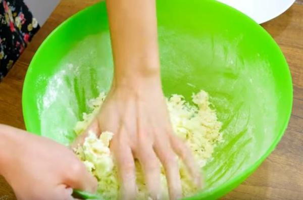 чебуреки с мясом 4 замешиваем тесто