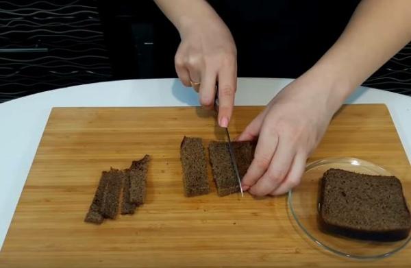 канапе с салом режем хлеб
