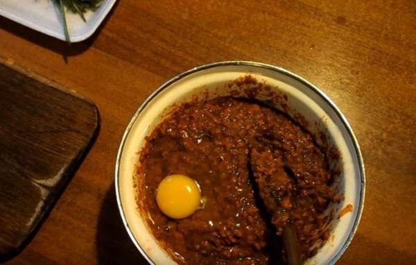 оладьи из печени курицы 2 вбиваем яйцо
