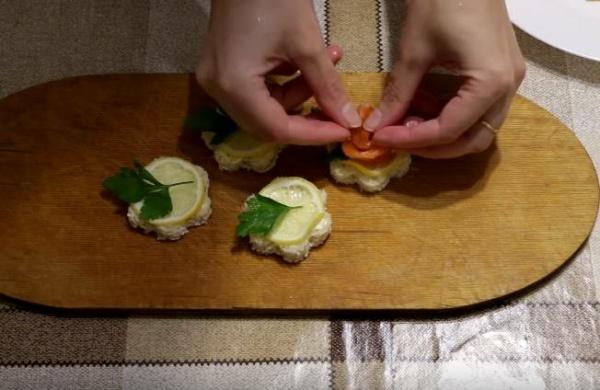собираем бутерброды с красной рыбой и лимоном