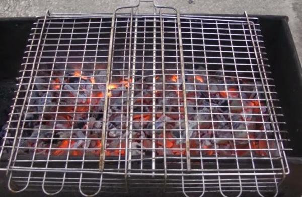 шашлык из курицы 5 обпаливаем сетку