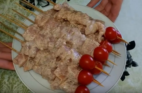 шашлык из курицы 6 нанизываем мясо на шпажки