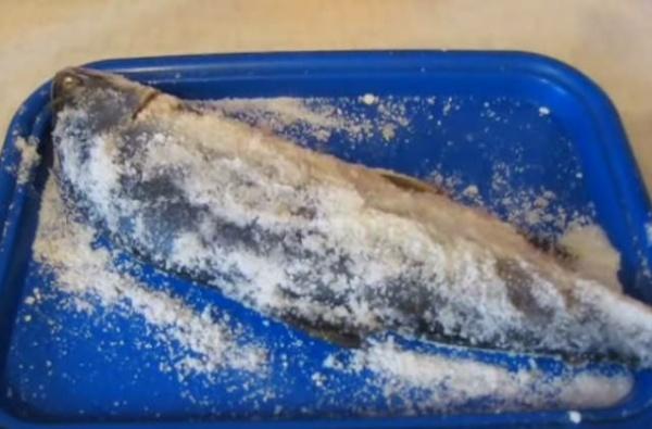 солёная горбуша 3 обтираем солью