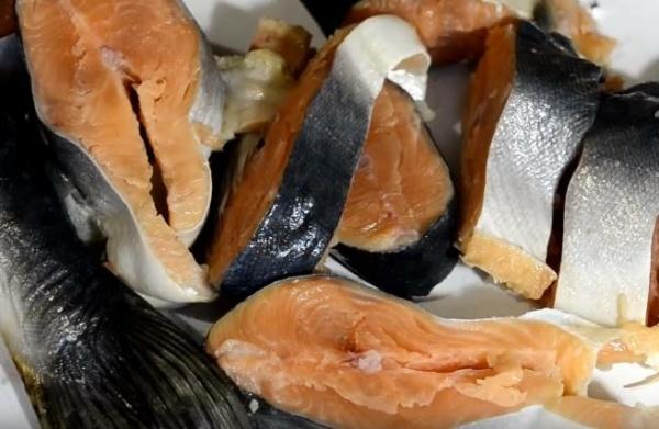 солёная горбуша 5 нарезаем рыбу
