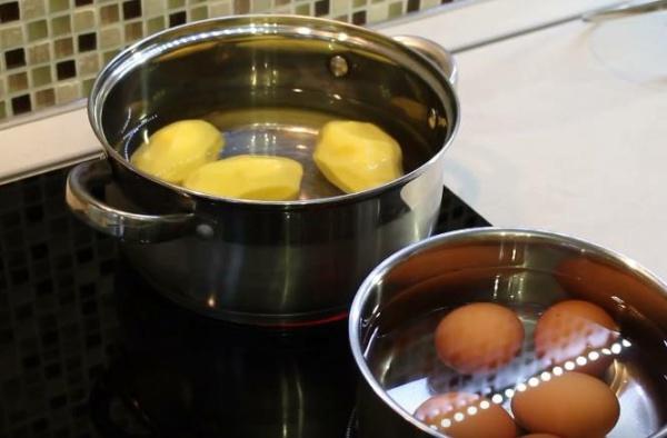 окрошка на сыворотке 3 варим яйца и картошку