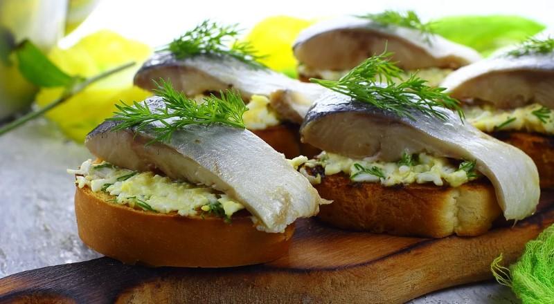 Бутерброды с селедкой – простые и вкусные рецепты на праздничный стол